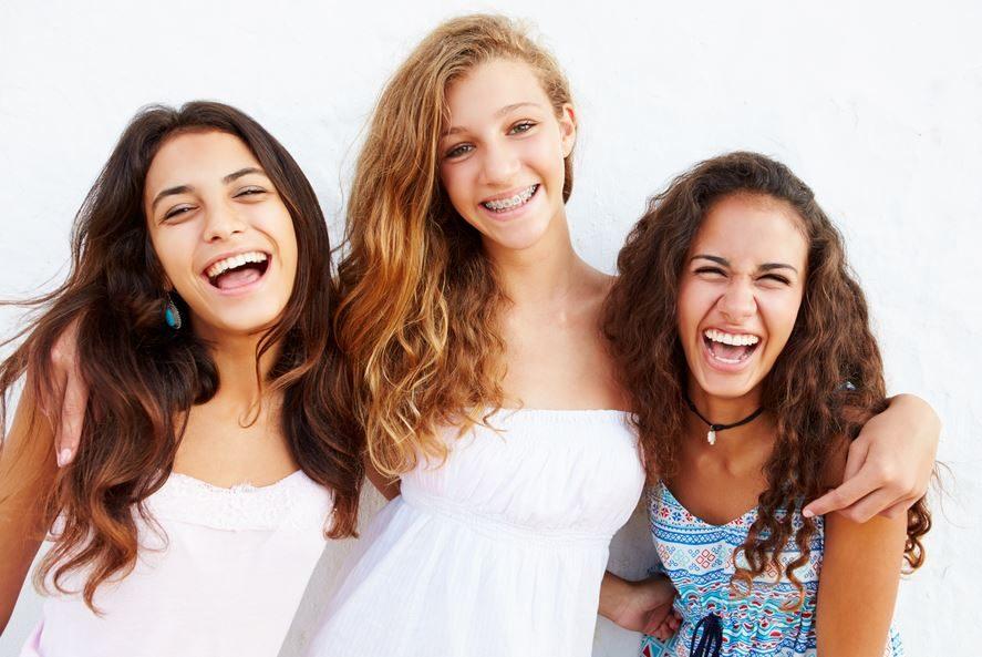 Invisalign Teen o brackets, ortodoncia invisible para adolescentes, aparato dental, ortodoncia para adolescentes, enderezar los dientes, corregir la sonrisa, ortodoncista en majadahonda, ortodoncia en majadahonda