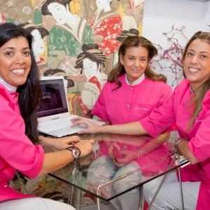 En el despacho las doctoras Isabel De Larroque, Carolina De Larroque y Isabel Herrero Torres, en las clínicas dentales de Majadahonda y Boadilla.