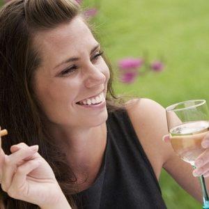 El dentista explica las 10 causas de la decoloración de los dientes. Acuda a la Clínica Dental Dra. Herrero (Dentalarroque) para mantener los dientes blancos. Hay que vigilar los medicamentos, la alimentación y los buenos hábitos de higiene bucal. Cuida tu salud bucal.
