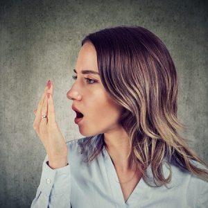 El dentista en boadilla explica las 7 causas del mal aliento. Acuda a la clinica dental infante don luis (dentalarroque) para mantener la salud bucal sana. Vigila los hábitos de higiene bucal y la alimentacion.
