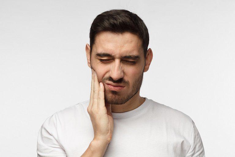 El dentista en majadahonda explica las 10 causas del dolor de muelas. Acuda a la Clínica Dental Dra. Herrero (Dentalarroque) para prevenir los problemas dentales como caries dental, ortodoncia, bruxismo y otros. Debes poner atención a los hábitos de higiene oral.