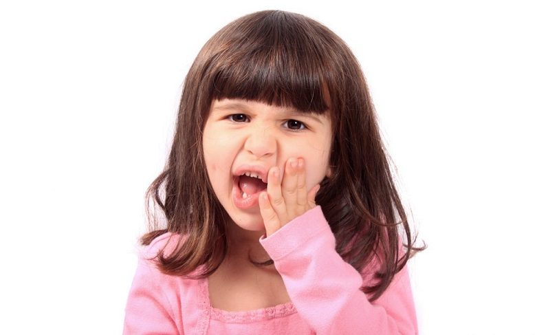 El odontopediatra en la Clínica Dental Dra. Herrero (Dentalarroque) ayuda a prevenir las enfermedades bucales. Acuda al dentista infantil en majadahonda para conocer los 10 problemas dentales en niños. Ciertas enfermedades como caries, enfermedad de encías, mal aliento, bruxismo, sensibilidad dental y otros. Cuida la salud bucal infantil.