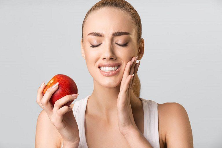 El dentista en majadahonda explica las 11 causas de la sensibilidad dental. Acuda a la clinica dental dra. herrero (dentalarroque) si tienes los dientes sensibles. Cuida tu salud bucal vigilando la alimentacion, el bruxismo, los dientes rotos y los problemas dentales.