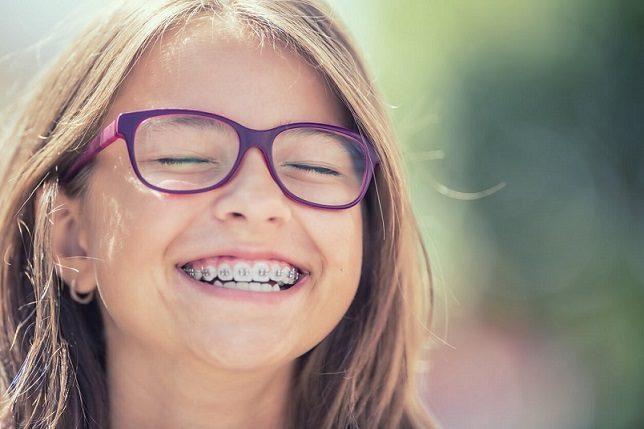 El ortodoncista en majadahonda explica las 5 razones para llevar brackets. Acuda a la clínica dental dra. herrero (dentalarroque) para enderezar los dientes. Una sonrisa perfecta ofrece una estética dental perfecta y mejora la salud bucal.