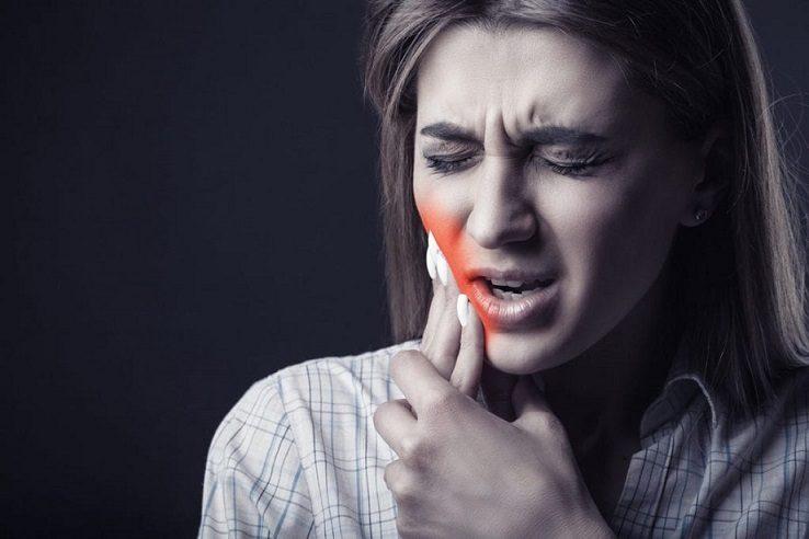 El dentista en boadilla explica las 7 causas del dolor de dientes. Acude a la clínica dental Dentalarroque boadilla si tienes caries dental, sensibilidad dental, enfermedad periodontal, bruxismo o rotura dental. Se puede prevenir los problemas dentales. Cuida tu salud bucal.