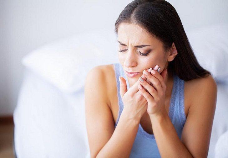 El dentista en boadilla explica las 8 causas de la sensibilidad dental. Acuda a la clinica dental infante don luis (dentalarroque) para mantener la salud bucal sana y prevenir los problemas dentales. Hay que vigilar la alimentacion, el bruxismo, los dientes rotos, la enfermedad de las encias y el cepillado dental.