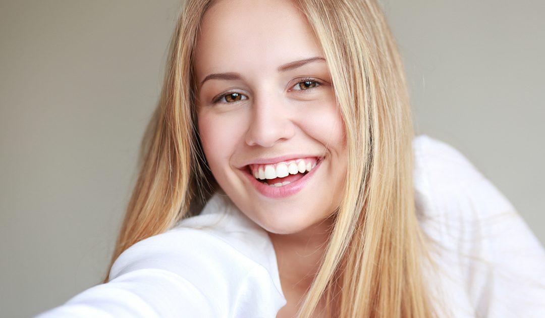 beneficios de Invisalign Teen, ortodoncia invisible para adolescentes, ortodoncia transparente para adolescentes, enderezar los dientes de los jóvenes, ortodoncia invisible, ortodoncia transparente