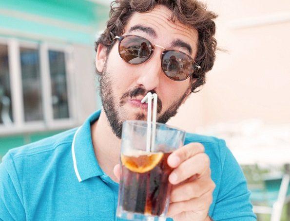 Acuda al dentista en boadilla del monte para entender cómo afectan los refrescos a los dientes. La Clínica Dental Infante Don Luis (Dentalarroque) recomienda beber agua para mantener la salud dental sana.