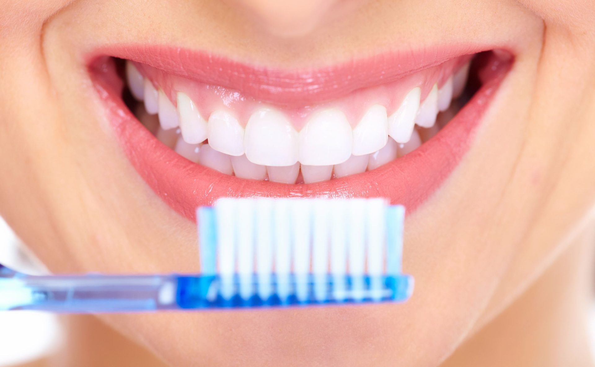 cómo prevenir la caries dental, prevenir la caries dental, cepillo dental, higiene oral, dentista, clínica dental