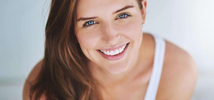 El dentista recomienda carillas odontología estética si tienes problemas dentales que te cohiben sonreír. Este tratamiento dental mejora la apariencia de los dientes y con ello la autoestima y confianza en uno mismo. Cuida tu salud bucodental.