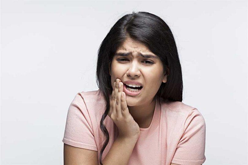 El dentista explica las causas del dolor dental en majadahonda. Las revisiones dentales periódicas ayudan a prevenir la caries dental, la enfermedad periodontal, el bruxismo, la ortodoncia y otros problemas dentales. Cuida tu salud bucal.