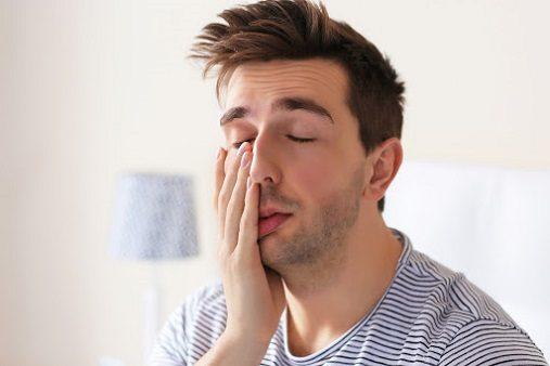 Acuda a la clinica dental infante don luis (Dentalarroque boadilla) para conocer las consecuencias de la falta de sueño. El dentista explica la relacion entre dormir y apnea del sueño y bruxismo. Acuda al odontologo si roncas mucho, si rechinas los dientes o si tienes otros sintomas relacionados con dormir. Cuida tu salud bucal y salud general.