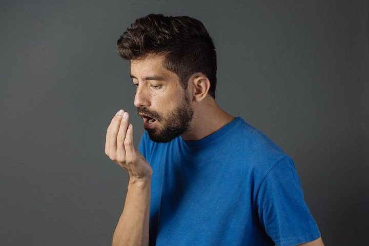 El dentista en boadilla del monte explica cuáles son las causas de la halitosis. Acuda a la Clínica Dental Infante Don Luis (Dentalarroque) para mantener la salud bucal sana. La importancia de la higiene bucal para prevenir el mal aliento.