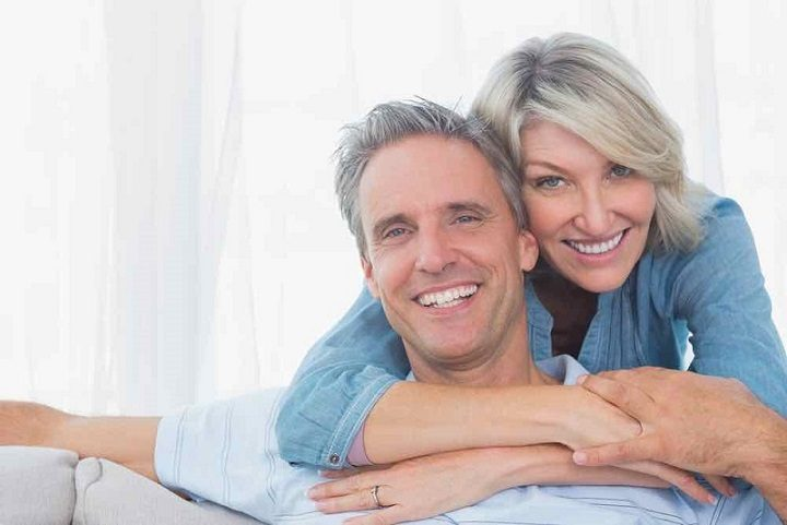El dentista explica la importancia de remplazar la pérdida de una o varias piezas dentales. ¿Cuando es necesario un implante dental? Siempre que tengas uno o varios dientes ausentes. La falta de un diente impacta tu sonrisa, autoestima, salud bucal y salud general.