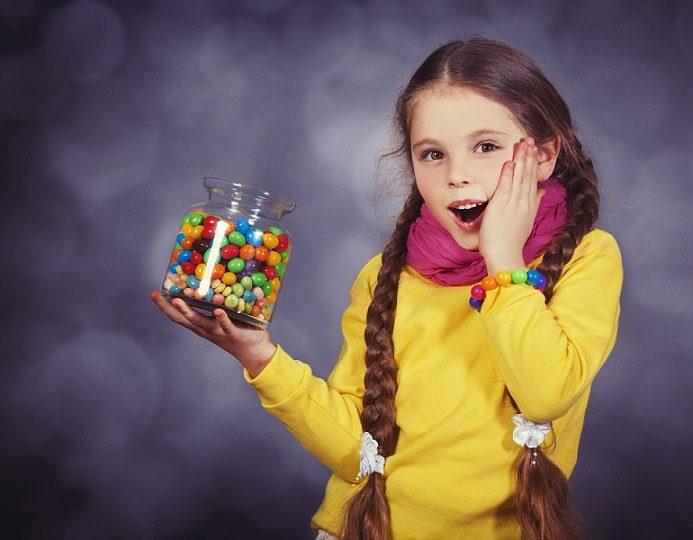 El odontopediatra explica a los padres la importancia de los dientes de leche. Acuda a la clinica dental infante don luis (Dentalarroque) para mantener la salud bucodental infantil sana. La caries dental y la enfermedad de las encias se puede prevenir con buenos hábitos de higiene oral desde temprana edad.