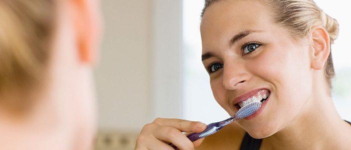 Se recomienda conocer las causas de la enfermedad periodontal. El dentista en majadahonda puede destacar algunos factores: mala higiene bucal, fumar, alimentación, medicamentos, y otros. Acuda a la Clínica Dental Dra. Herrero (Dentalarroque) para mantener la salud bucal sana y prevenir las enfermedades bucales. Se debe hacer una limpieza dental profesional para eliminar la placa dental y el sarro.