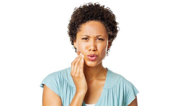 El odontólogo en boadilla del monte explica las causas de la sensibilidad dental. Acuda a la Clínica Dental Infante Don Luis (Dentalarroque) para mantener una salud bucal sana. Hay que vigilar ciertos factores: alimentación, técnica de cepillado dental y bruxismo.