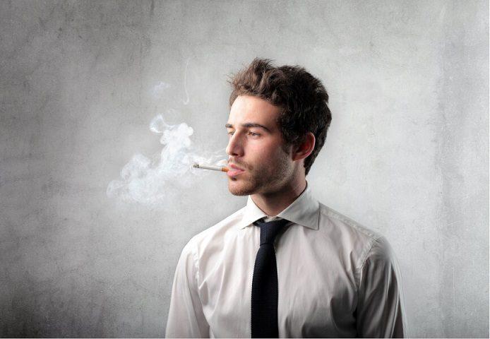 El dentista explica los dientes de un fumador. Si dejas de fumar puedes prevenir mal aliento, caries dental, enfermedad periodontal, cancer oral y otras enfermedades. Cuida tu salud bucal.