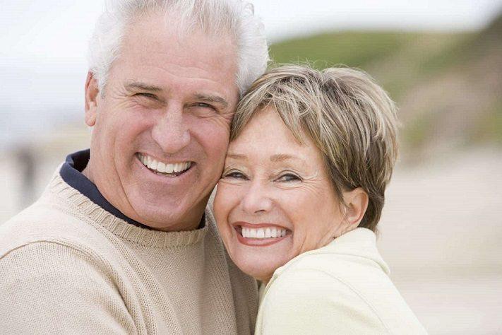 El dentista recomienda tratar la recesion de las encias. Acuda a la clinica dental dra. herrero (dentalarroque) para conocer las causas de la pérdida de dientes en personas mayores. Cuida tu salud bucal.