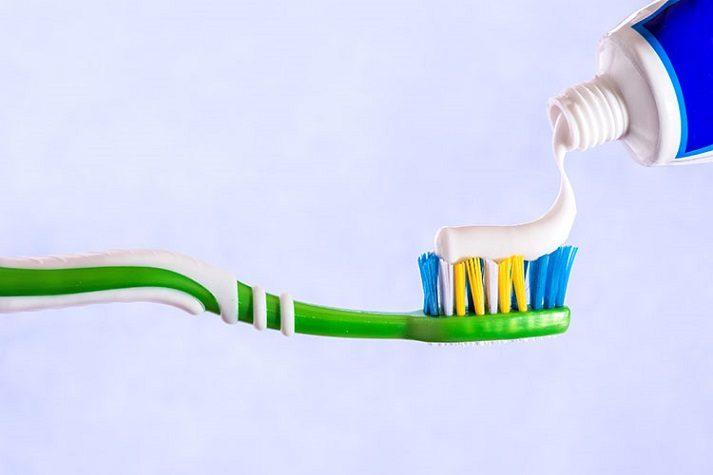 El dentista en boadilla explica la relación entre placa y sarro. Acuda a la clinica dental infante don luis (dentalarroque) para mantener la salud bucal sana. Hay que vigilar la alimentacion y los hábitos de higiene bucal.