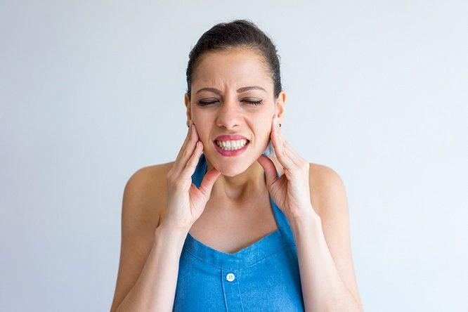 El dentista en majadahonda explica qué consecuencias tiene el bruxismo. Acuda a la Clínica Dental Dra. Herrero (Dentalarroque) si sufres de rechinamiento dental.