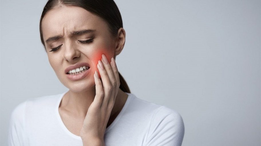El dentista en majadahonda explica los síntomas del dolor de muelas. Acuda a la clinica dental dra. herrero (dentalarroque) si tienes molestias dentales. Cuida tu salud bucal con revisiones dentales periodicas.